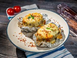 Cartofi umpluți cu brânză și verdeață