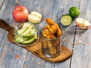 Degețele de pui cu salată de mere