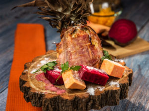 Porc în ananas cu crustă de bacon