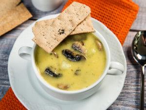 Supă cremă de legume cu bucăți de cartofi și ciuperci - 1