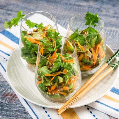 Salată cu morcov, ceapă și dressing asiatic