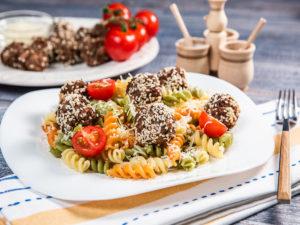 Salată cu paste și chifteluțe