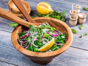 Salată cu tăiței de orez și fasole verde