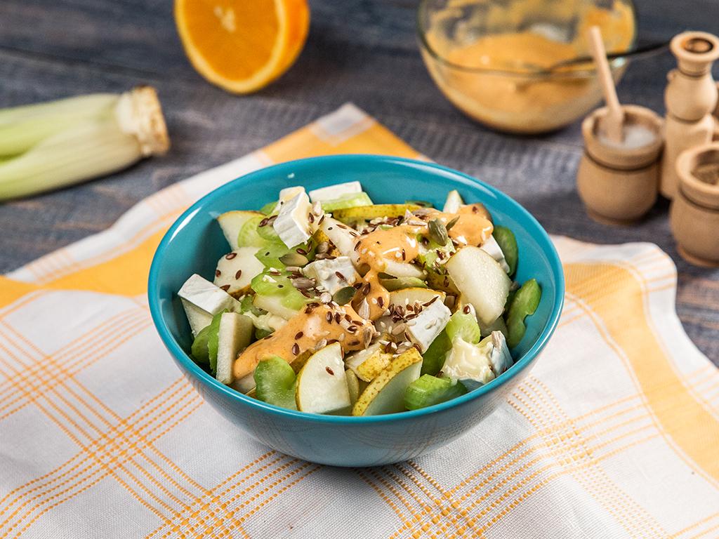 Salată de pere cu țelină si brânză cu mucegai