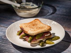Sandviș cu pastramă de vită
