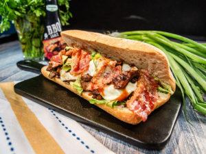 Sandviș cu porc aromat și bacon