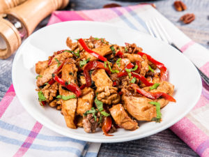 Stir-fry cu pui, legume si nuci