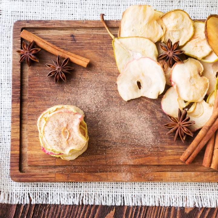 Vrei un dulce sănătos? Fă chipsuri din fructe acasă!