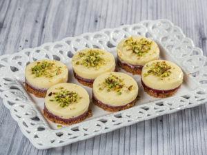 Minitarte cu vișine și blat de biscuiți