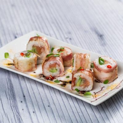 Sushi cu somon învelit în bacon