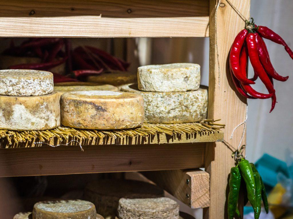 Brânză tareUneori, pe brânza tare, cum sunt bucățile de parmezan întreg (nerăzuit), pot apărea urme de mucegai la suprafață. USDA spune că e puțin probabil ca mucegaiul să pătrundă și la interior, așa că nu îți pui în pericol sănătatea dacă tai bucățile afectate și mănânci partea din interior.Când ai brânză tare care a mucegăit, e bine să tai aproximativ 2,5 centimetri în jurul mucegaiului, atât în interior, cât și pe margini. Ai grijă să nu contaminezi cuțitul. Dacă, totuși, s-a întâmplat, spală-l bine!După ce ai îndepărtat mucegaiul, înfășoară brânza în folie alimentară. Brânza ar trebui păstrată la temperaturi de 1-7 grade Celsius.