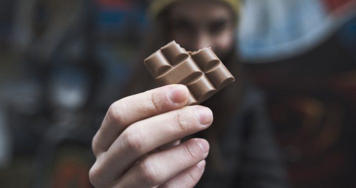 Ciocolata combate tusea mai bine decât codeina