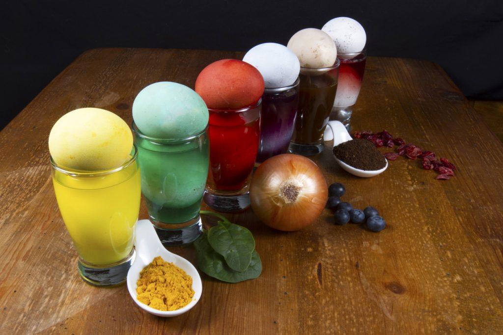 Cum să vopsești ouăle de Paști folosind culori naturale
