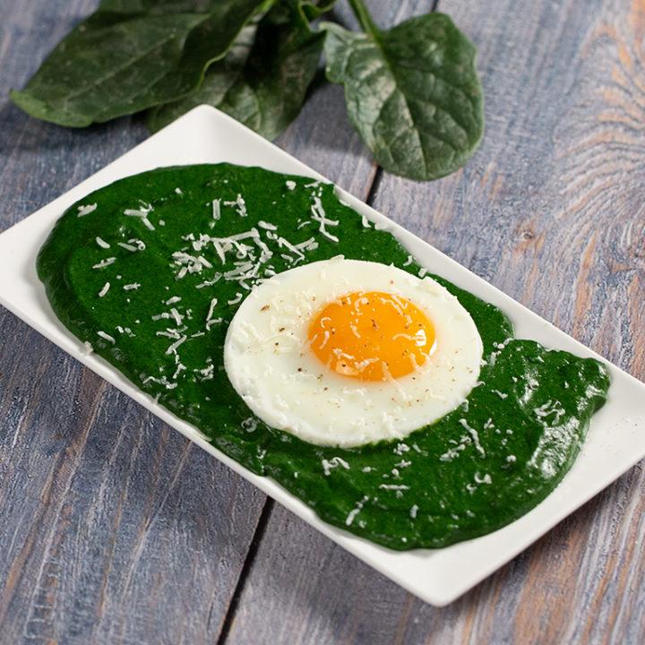 Mâncare de spanac cu ou prăjit