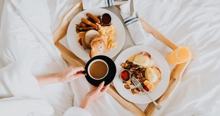5 idei de mic dejun în pat. Cu ce să te răsfeți în weekend