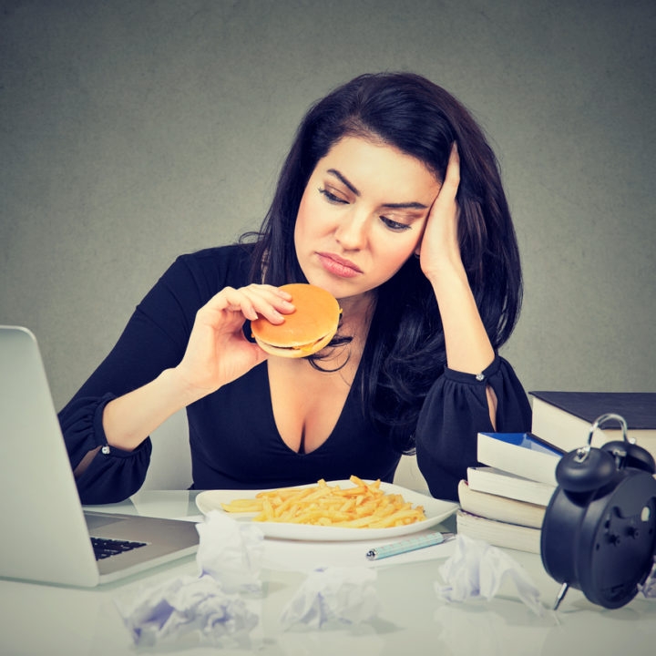 Stresul îngrașă. De ce mâncăm mai mult când ne facem griji