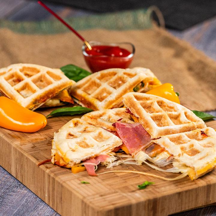Waffles sărate cu prosciutto și cașcaval