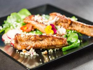 Coaste de porc cu salată de spanac și cușcuș