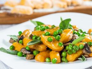 Penne din cartofi dulci cu ciuperci și mazăre