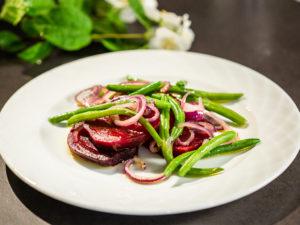 Salată caldă cu sfeclă și fasole verde