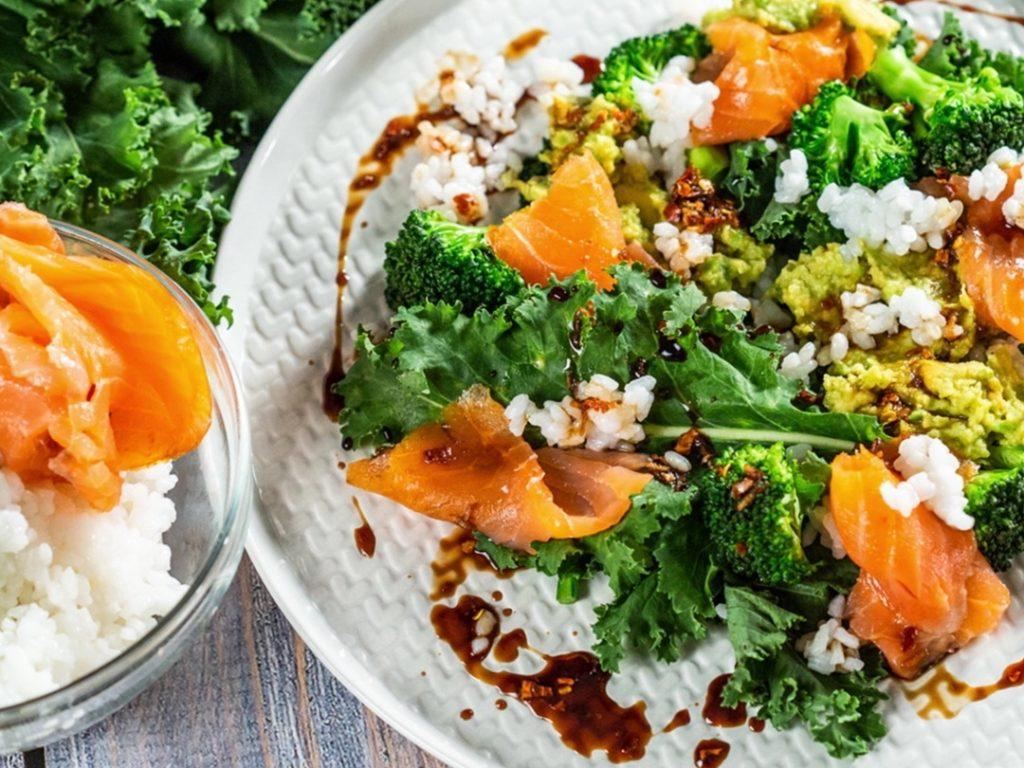 Salată cu orez, somon afumat și kale