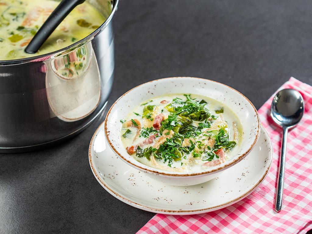 Supă cu ou, afumătură și salată