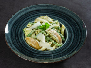 Salată cu penne, cartofi și fasole verde