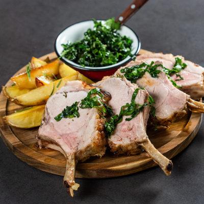 Coaste de porc cu cartofi și kale