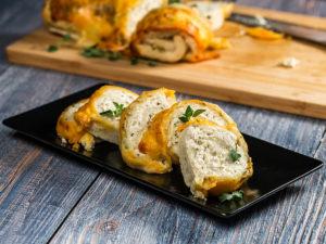 Ruladă de pâine cu piept de pui și brânzeturi