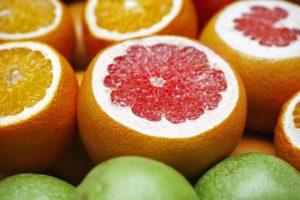 Imagine cu fructe tăiate pentru a introduce lista celor 10 beneficii ale consumului de grepfrut