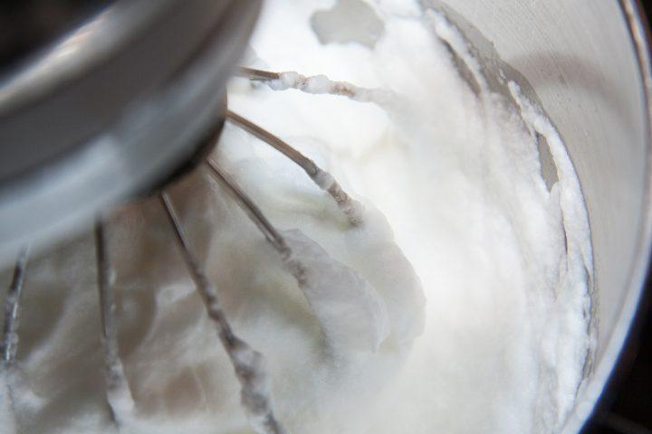 Albuș bătut cu un robot de bucătărie