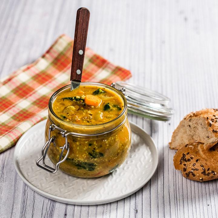 Supă vegană cu linte și kale
