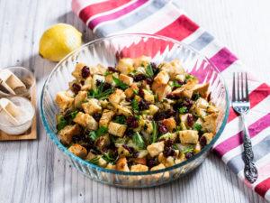 Salată caldă cu merișoare și crutoane