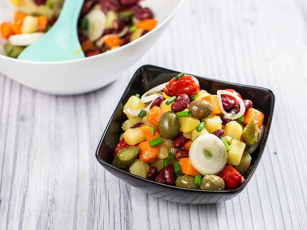 Salată cu cartofi, fasole și măsline