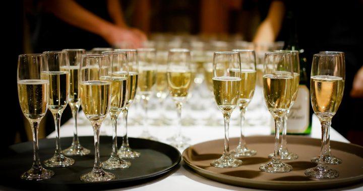 Șampania se bea în pahare speciale