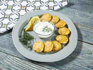 Chifteluțe de cod servite cu sos tzatziki