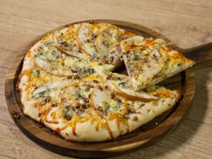 Pizza cu pere și brânză cu mucegai