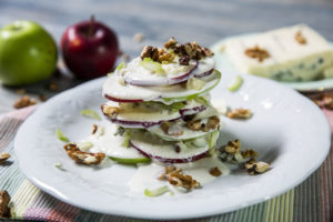 Salată cu mere, nuci și dressing de lapte bătut