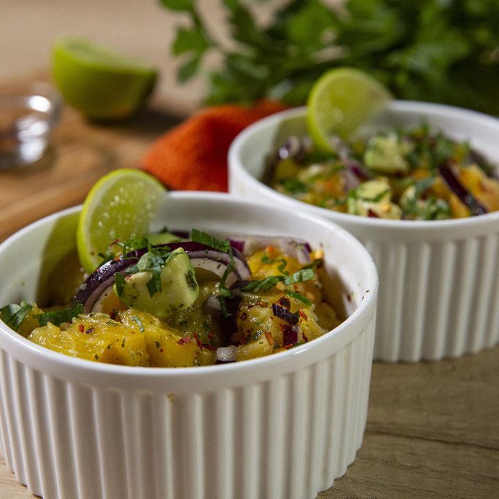 Salată picantă cu ananas și avocado