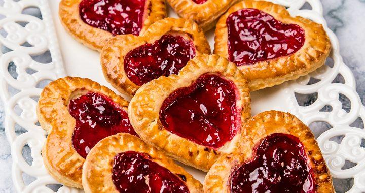 Biscuiți cu vișine în formă de inimă