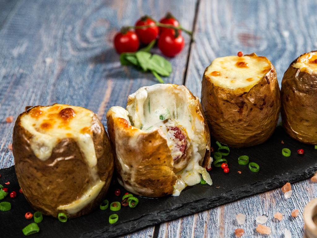Cartofi copți, umpluți cu brânză, salam și smântână