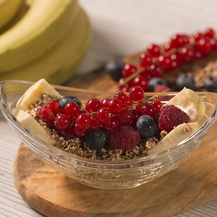 Desert cu cereale, banane și fructe de pădure