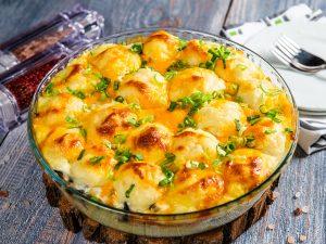 Musaca cu piure de cartofi, vinete și brânză Cheddar