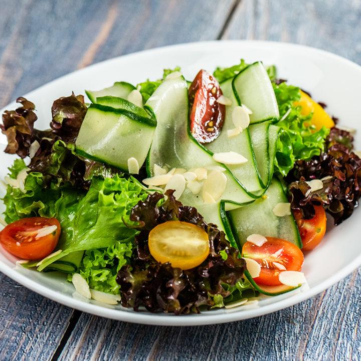 Salată cu mix de roșii cherry și castraveți