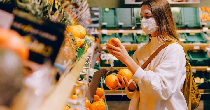 fata cu masca in magazin