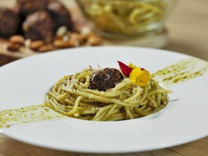 Chifteluțe de porc la cuptor, cu spaghete și sos pesto