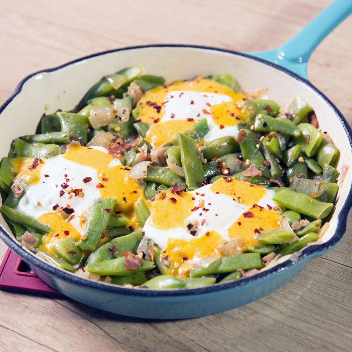 Ouă poșate cu fasole verde și bacon