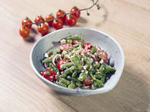 Salată cu fasole verde, roșii cherry și panko