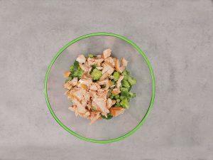 Salată cu somon, broccoli și mazăre