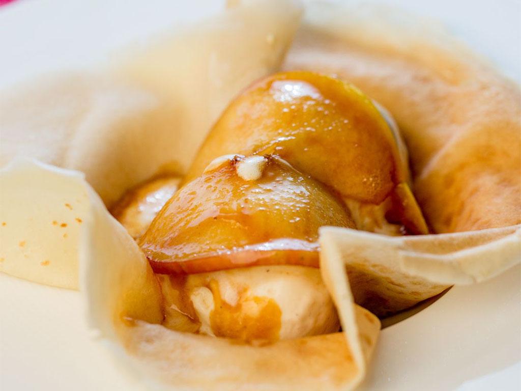 clatite-cu-mar-caramelizat-si-inghetata